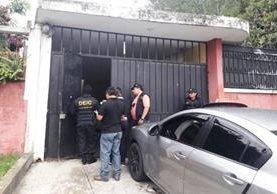 Allanamientos en busca de trabajadores y exempleados del Ministerio Público. (Foto Prensa Libre: PNC)
