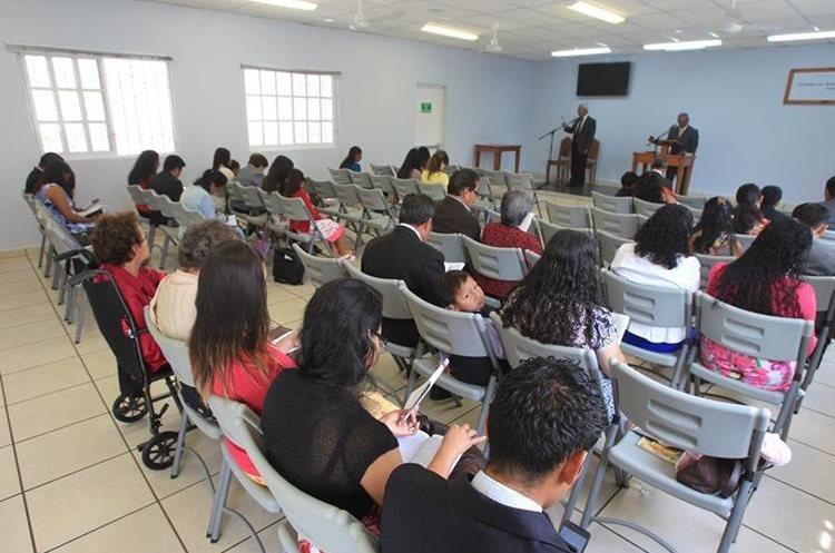Los salones donde se congregan los Testigos de Jehová se caracterizan por su austeridad. Foto Prensa Libre: Esbin García.