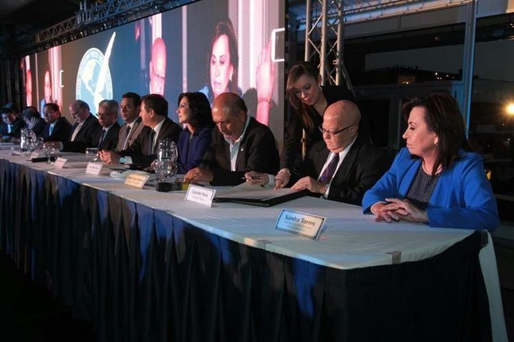 Presidenciables suscriben el compromiso de defender y cumplir la Declaración de Chapultepec para la Libertad de Expresión. (Foto Prensa Libre: Edwin Bercián)