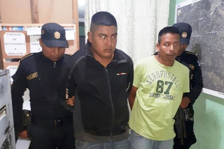 Mario López Vásquez y Arturo López son trasladados a la cárcel de la cabecera de Huehuetenango. (Foto Prensa Libre: Mike Castillo)