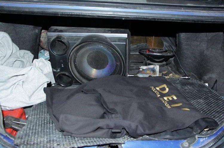 Uniformes falsos que utilizaron hombres que robaron a una familia. (Foto Prensa Libre: Cortesía PNC)