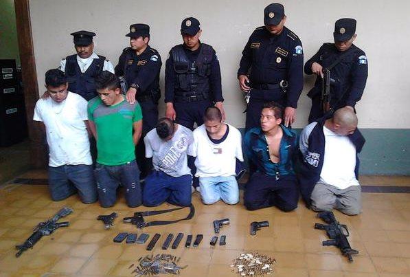 Los seis detenidos el pasado miércoles en la zona 1 que intentaban atacar un vehículo de presidios. (Foto Prensa Libre: PNC)