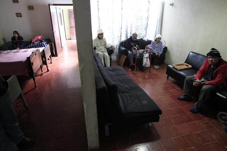 Propietarios del inmueble han tratado de desalojar a los ancianos.(Foto Prensa Libre: Carlos Ovalle)