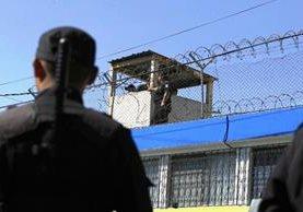 La Policía Nacional Civil rodea las instalaciones de la correccional Gaviotas ante cualquier eventualidad. (Foto Prensa Libre: Carlos Hernández)