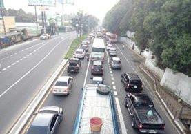 La fila para ingresar a la capital por el sur llegan hasta el kilómetro 18 de la ruta al Pacífico. (Foto Prensa Libre: Provial)