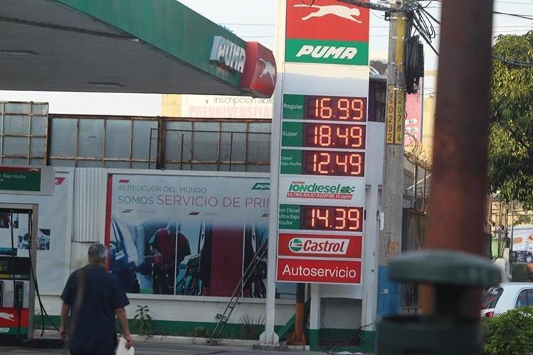 Los precios de los combustibles cayeron 30 centavos de quetzal. (Foto Prensa Libre: Álvaro Interiano).