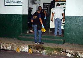 Peritos del MP recaban evidencias del ataque armado. (Foto Prensa Libre: Rolando Miranda)