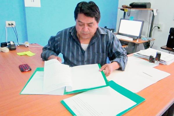 Ovidio Paz Baal, auxiliar del Procurador de los Derechos Humanos, recibe denuncia contra alcalde de Santa Cruz La Laguna, Sololá. (Foto Prensa Libre: Ángel Julajuj)