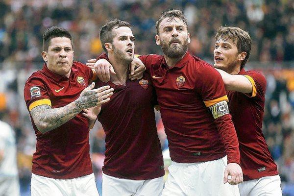 De esta manera festejaron los jugadores de la Roma el gol del triunfo. (Foto Prensa Libre: EFE).