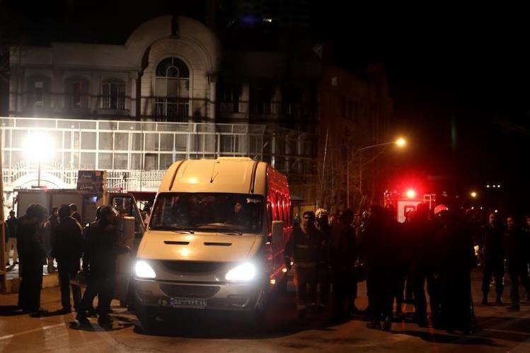 Iraníes se reúnen frente a la embajada saudí en Teherán durante una manifestación en contra de la ejecución del destacado clérigo musulmán chií Nimr al-Nimr por las autoridades saudíes. (Foto Prensa Libre: AFP)