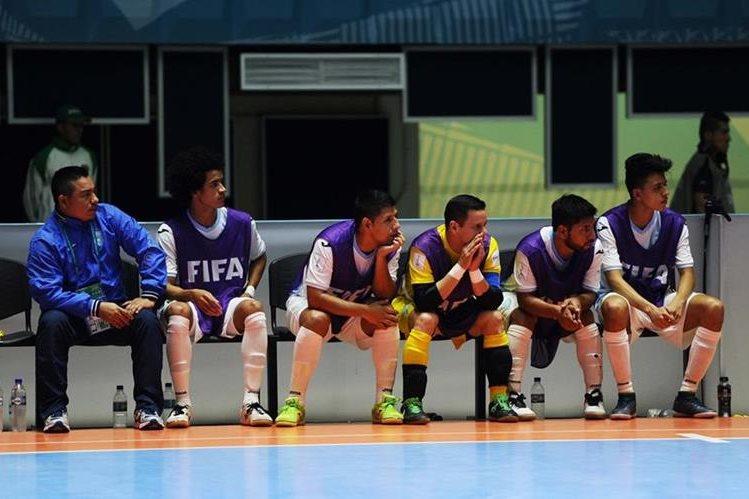Los jugadores de la Selección Nacional mostraron su decepción, luego del partido contra Paraguay y ahora deberán regresar con la mala noticia de que el torneo de Futsal de Concacaf no se realizará. (Foto Prensa Libre: Francisco Sánchez)