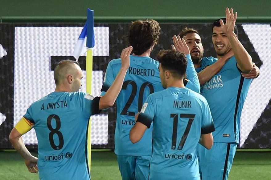 Los jugadores del Barcelona felicitan a Suárez luego de marcar el segundo gol del encuentro. (Foto Prensa Libre: AFP)