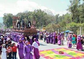 Jesús Nazareno de la aldea Santa Inés, Antigua Guatemala, Sacatepéquez, es llevada en hombros por feligreses. (Foto Prensa Libre: Miguel López)