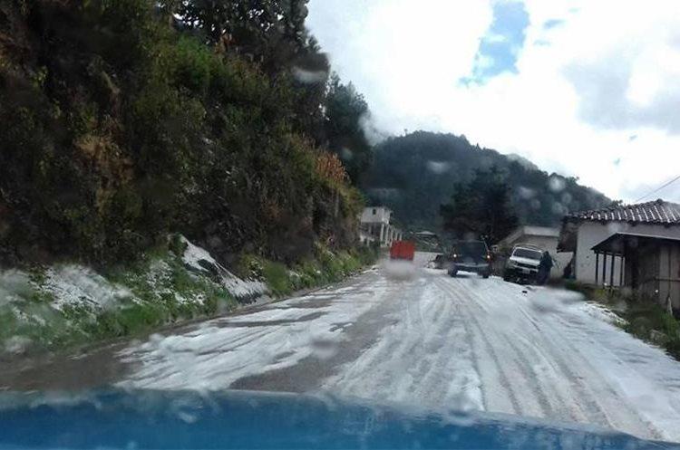 Vista de una carretera de la parte alta de Huehuetenango, donde el granizo sorprendió a pobladores. (Foto Prensa Libre: Mike Castillo)