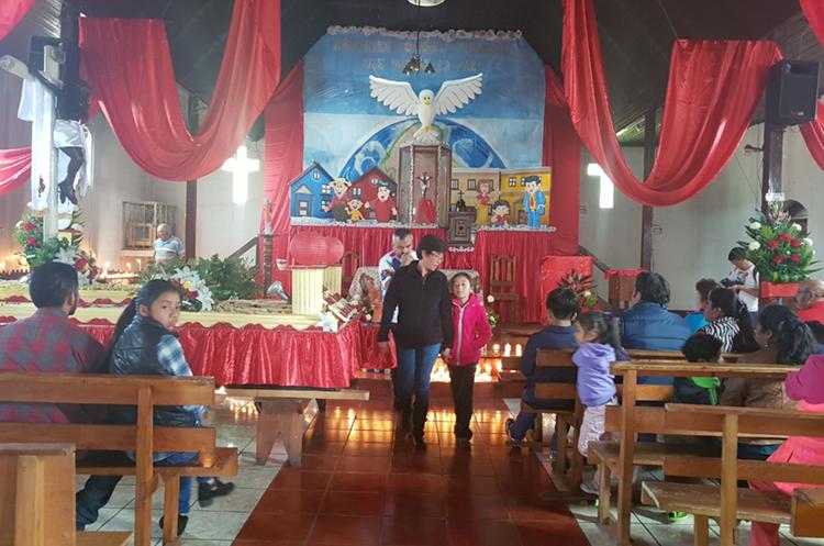 El Cristo Negro de Esquipulas Palo Gordo fue visitado por feligreses. (Foto Prensa Libre: Whitmer Barrera)
