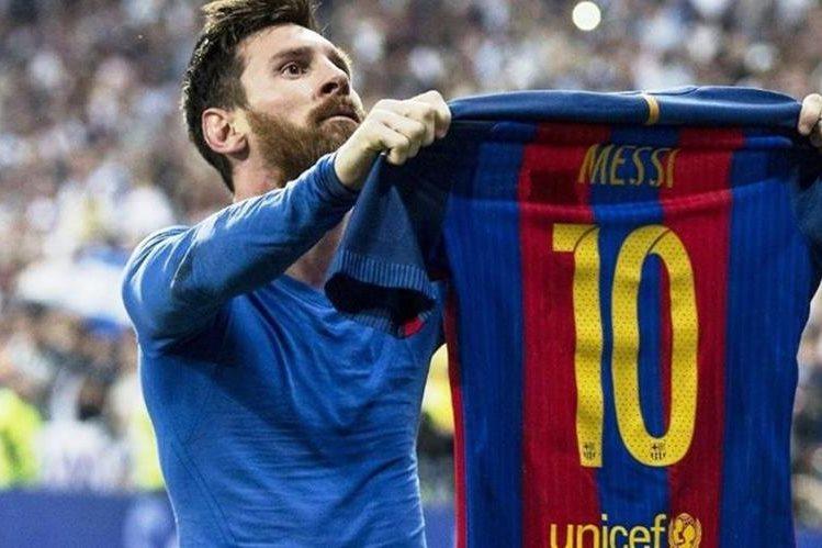 Messi junto a su hijo Thiago muestra una parte de la colección de camisolas. (Foto Prensa Libre: Instagram)