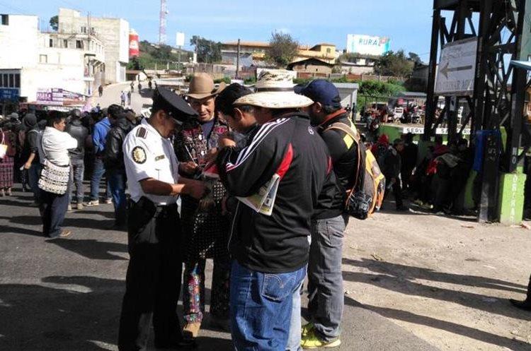 El manifestante de Sololá no tiene prevista la hora en la que levantarán el bloqueo. (Foto Prensa Libre: Ángel Julajuj)