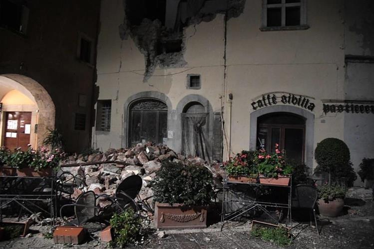 La imagen muestra los destrozos en el pueblo de Borgo San Antonio, cerca de Visso, el centro de Italia. (Foto Prensa Libre: AFP)