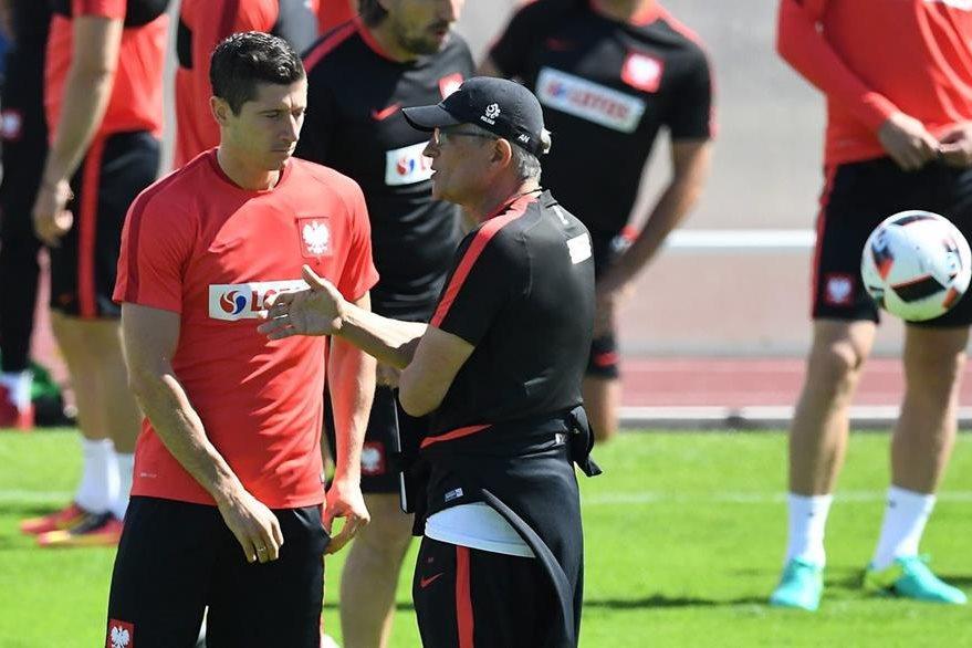 El técnico Adam Nawalka habla con Robert Lewandowski durante el entrenamiento de la selección de Polonia. (Foto Prensa Libre:EFE)