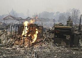 Grandes incendios han devastado varias localidades de California. (Foto Prensa Libre: AP)