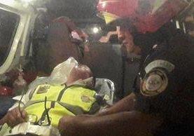 Los agentes de la PNC viajaban en este vehículo supuestamente como parte de un operativo.(Foto Prensa Libre: cortesía)