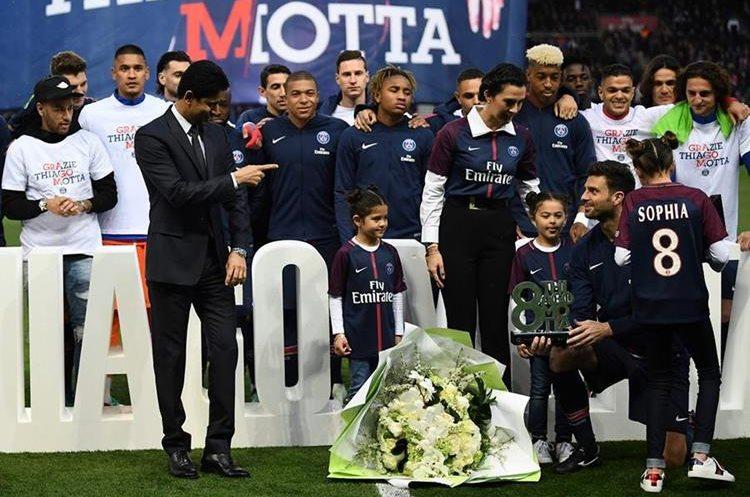 El presidente del PSG, Nasser Al-Khelaifi participa de la despedida de Thiago Motta de la actividad futbolística. (Foto Prensa Libre: AFP)