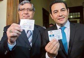 CABRERA y Morales muestran sus credenciales al salir del Registro de Ciudadanos del TSE.
