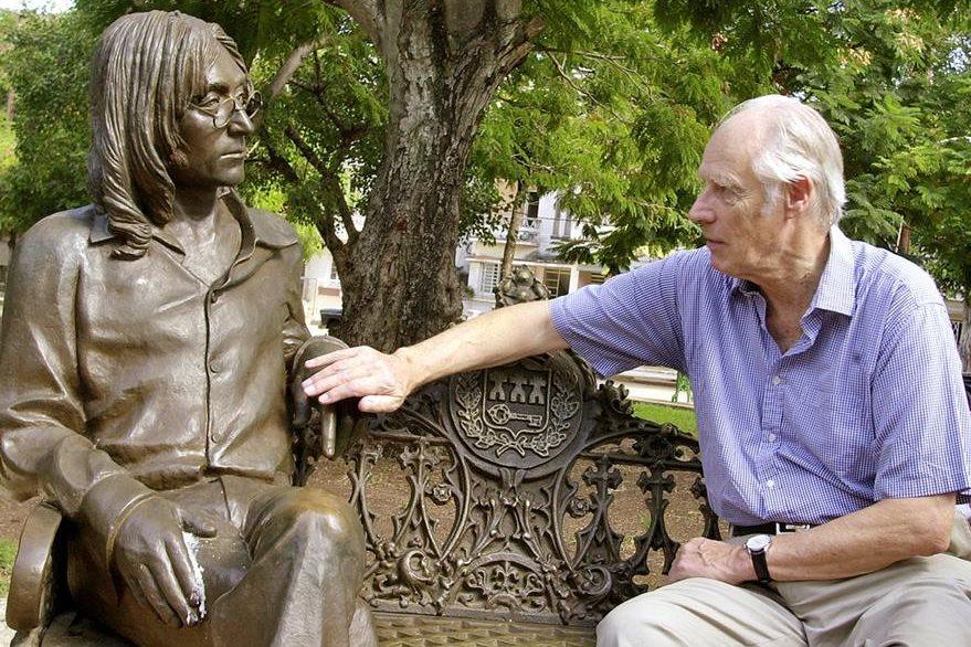 George Martin toca una estatua de John Lennon en un parque en el barrio de Vedado, en La Habana, durante su visita a Cuba en 2002. (Foto Prensa Libre: AP)