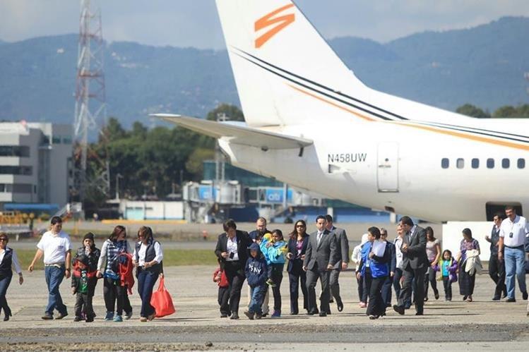 Cuatro familias detenidas el fin de semana pasado en Estados Unidos regresaron este miércoles al país. (Foto Prensa Libre: Esbin García)