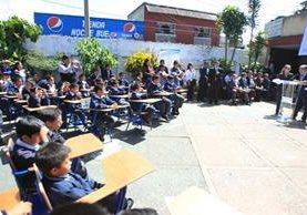 Niños de la escuela república de Ecuador, escuchan la fábula del presidente bajo el sol. (Foto Prensa Libre: Esbin García)