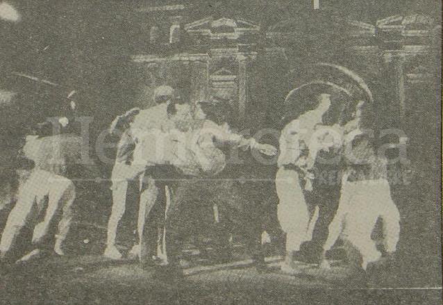 Foto publicada el 17/1/1992 donde se informa que varias jovencitas se avalanzaron sobre el cantante Ricky Martin mientras se presentaba durante la grabación del programa Siempre en Domingo. (Foto: Hemeroteca PL)