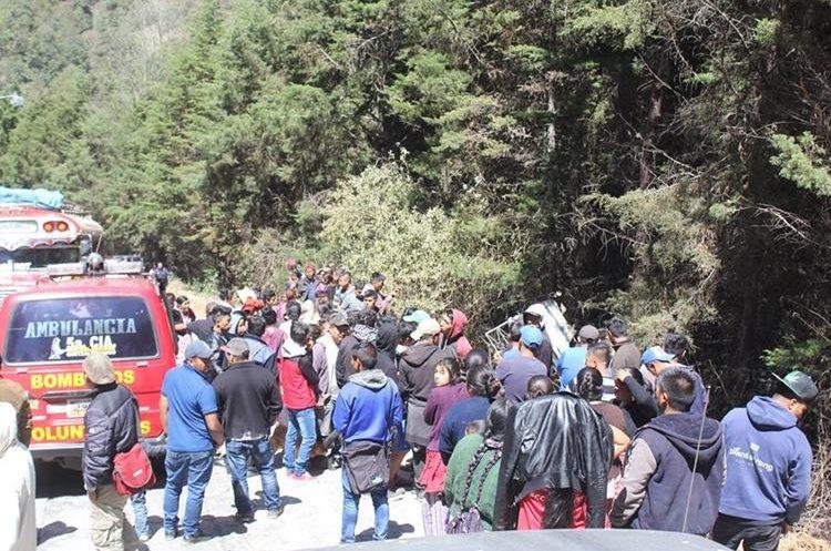 Vecinos ayudaron a rescatar a los heridos que fueron trasladados al hospital por Bomberos Voluntarios. (Foto Prensa Libre: Fred Rivera)
