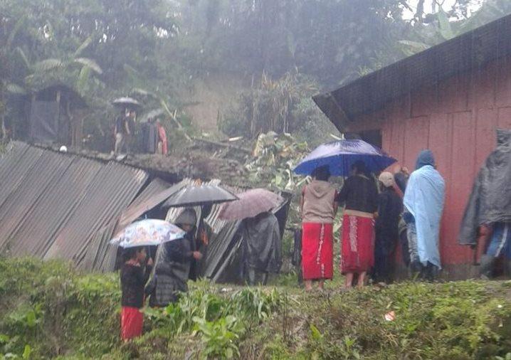 Vecinos observan la humilde vivienda que colapsó en Chel, Chajul, Quiché. (Foto Prensa Libre: Héctor Cordero).