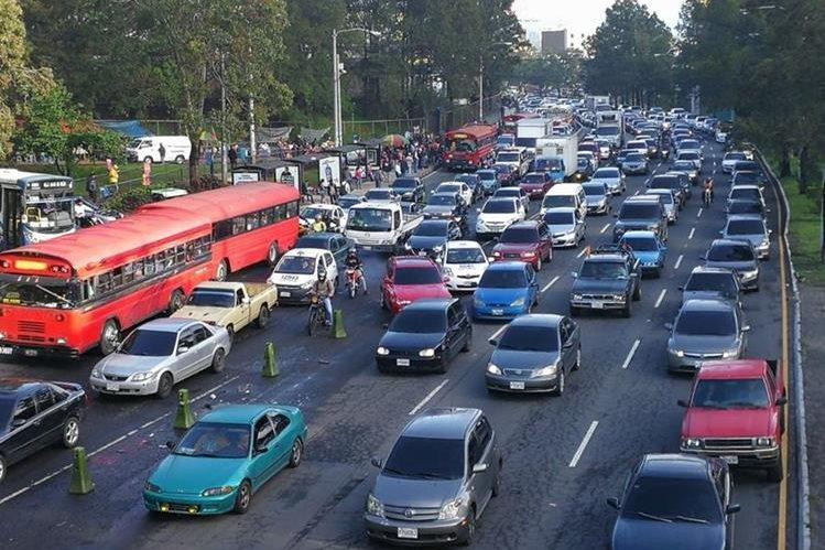Tránsito vehicular a inmediaciones del bulevar Liberación y conexión con El Trébol. (Foto Prensa Libre: Estuardo Paredes)
