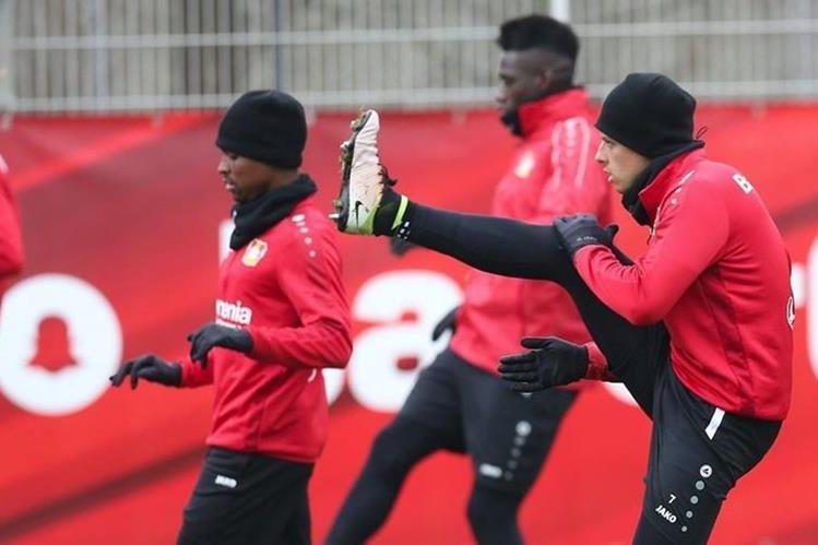 El mexicano Javier Hernández es la esperanza de gol para el Bayer Leverkusen en el partido de este martes contra el Atlético de Madrid. (Foto Prensa Libre: Bayer Leverkusen)