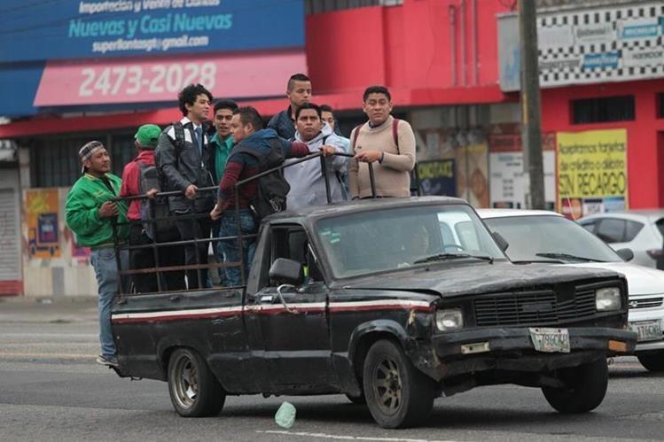 Usuarios del área sur de la capital viajan en picops y taxis para poder salir de sus colonias. (Foto Prensa Libre: Érick Ávila)