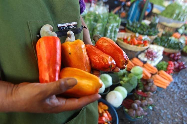 Los consumidores empiezan a abastecerse de productos propios de la época cuaresmal. (Foto Prensa Libre: Álvaro Interiano)