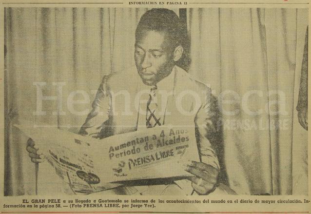 El Rey del Futbol, Pelé, lee Prensa Libre a su llegada al país el 10 de febrero de 1972. (Foto: Hemeroteca PL)
