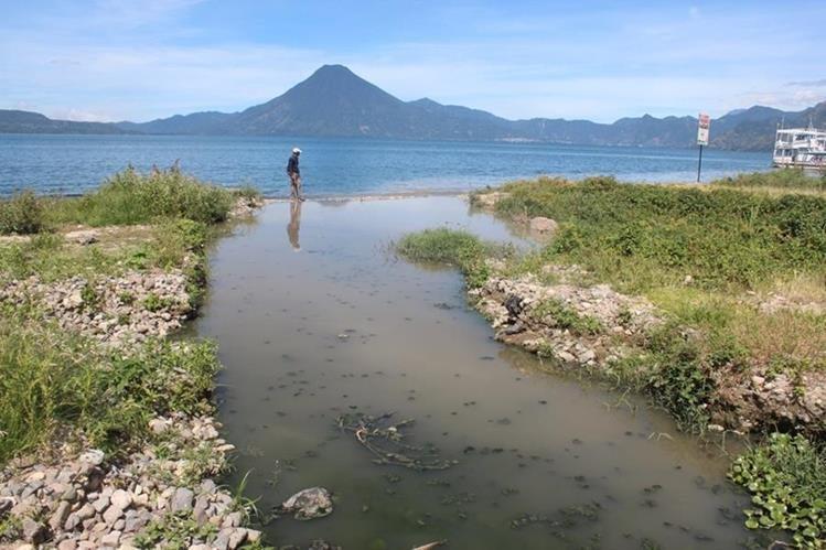Los sololatecos están ahogando al lago con deshechos, aseguran expertos. (Foto Prensa Libre: Hemeroteca)