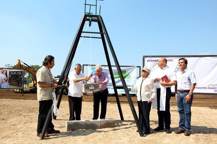 Carlos Ralda y Ricardo Sinibaldi colocan el primer block del proyecto de ampliación del Centro Comercial Trinidad.