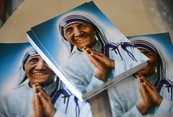 Fotografías de la Madre Teresa son exhibidas en una exposición fotográfica en Roma.(AFP).