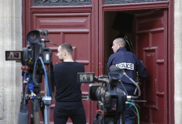 Un policía ingresa al hotel donde asaltantes le robaron a Kim Kardashian. (AFP).