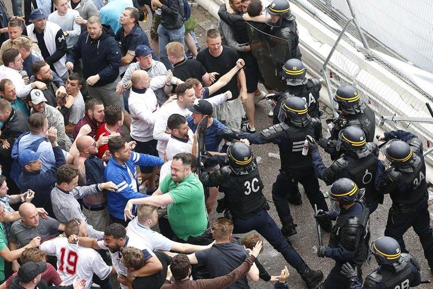Hinchas ingleses generaron problemas este jueves en las afueras del Bollaert Stadium. (Foto Prensa Libre: AP)