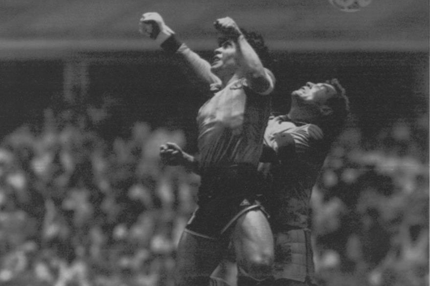 """Otra perspectiva del polémico gol bautizado como """"la mano de Dios"""" por el mismo Maradona. (Foto: AP)"""