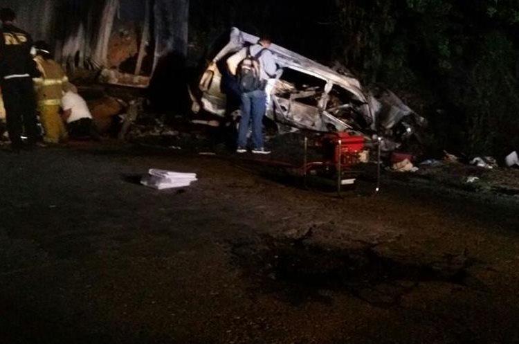 El exceso de velocidad y el mal estado de la carretera fueron factores que causaron el percance. (Foto Prensa Libre: Mario Morales)