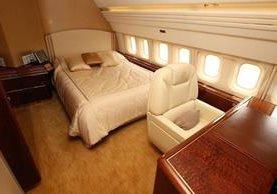 <em>El lujo es evidente en la habitación principal del avión de Donald Trump. (Foto Prensa Libre:megaricos.com).</em>