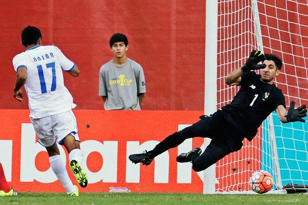 Jaime Penedo —portero de Panamá— no puede hacer nada para evitar el tanto del empate de Najar (Foto Prensa Libre: AP)