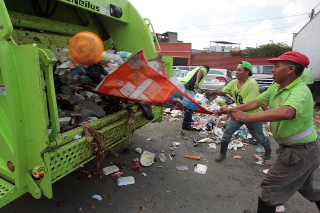 Trabajadores de la comuna capitalina comenzaron con el retiro de la basura del mercado San Martín de Porres. (Foto Prensa Libre: Carlos Hernández)