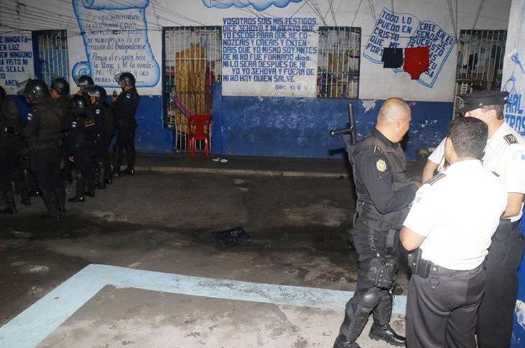 Policias vigilan la cárcel durante la requisa. (Foto Prensa Libre: Rolando Miranda)