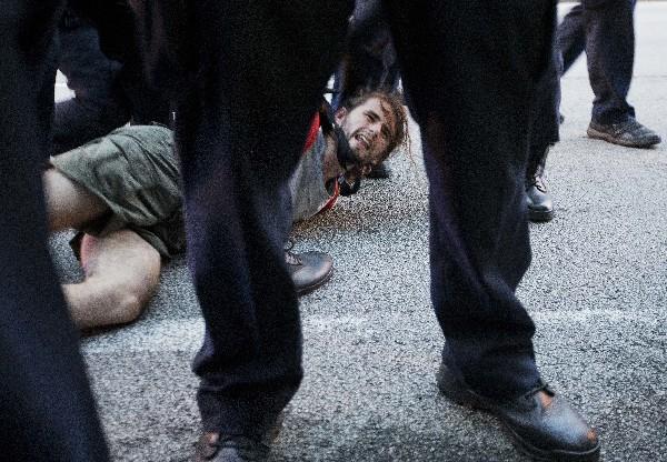 Un manifestante es detenido durante una marcha en Atlanta.(Foto Prensa Libre:AP).